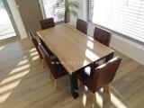 dřevěný masivní jídelní stůl